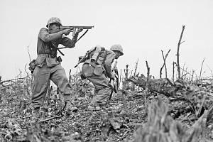Dva příslušníci americké námořní pěchoty během dobývání ostrova Okinawa