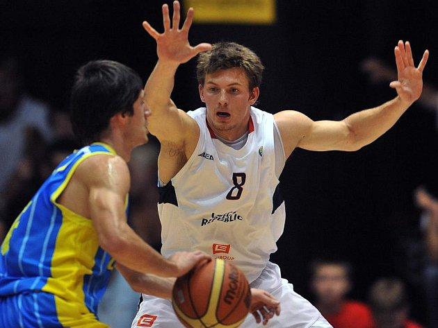 Basketbalista Pavel Pumprla (vpravo) během duelu proti Ukrajině.