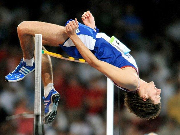 Jaroslav Bába přeskakuje laťku během olympijské kvalifikace.