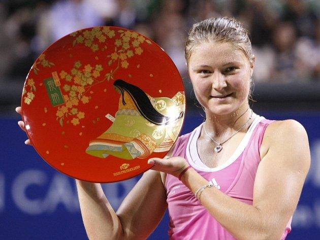 Ruská tenistka Dinara Safinová s vítěznou trofejí z Tokia.