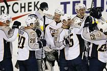Radost hokejistů Nashvillu po výhře na ledě Calgary.
