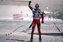 Rakušan Felix Gottwaldzvedá ruce ve vítězném gestu po závodech v Itálii.