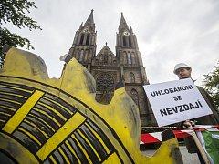 Občanská iniciativa Limity jsme my uspořádala 11. června na náměstí Míru v Praze happening jako součást dne protestů za zachování limitů a proti těžbě uhlí.