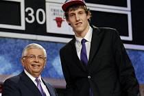Jan Veselý (vpravo) se zástupcem NBA Davidem Sternem.