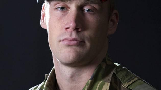 Jednou ze dvou obětí pátečního bombového útoku se stal 23letý Dennis Van Uhm, syn nového velitele nizozemských sil v Afghánistánu.