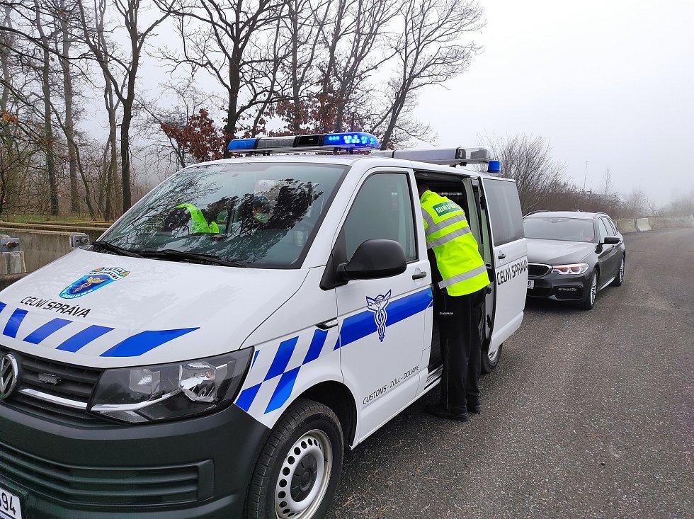 Policisté s celníky se včera na dálnici D10 zaměřili na dálniční známky.