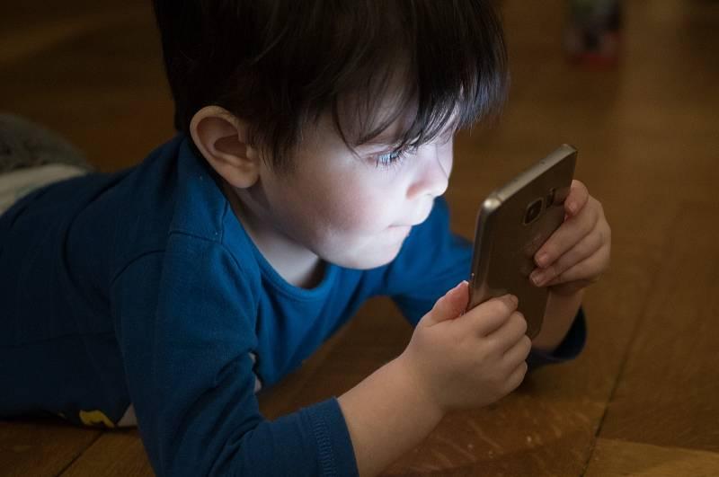Více než polovina školáků tráví s mobilním telefonem v ruce či na počítači přes dvě hodiny denně.