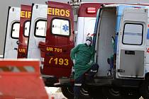 Zdravotník odpočívá 3. srpna 2020 u sanitky po přesunu pacienta podezřelého z nákazy covid-19 do nemocnice HRAN v Brasílii, která se specializuje na péči o nové případy koronaviru