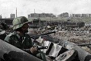 Německý voják v ruinách Stalingradu