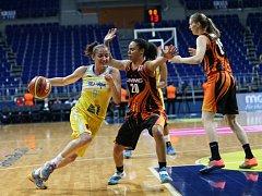 Basketbalistka USK Praha Laia Palauová (vlevo) v zápase proti Jekatěrinburgu.