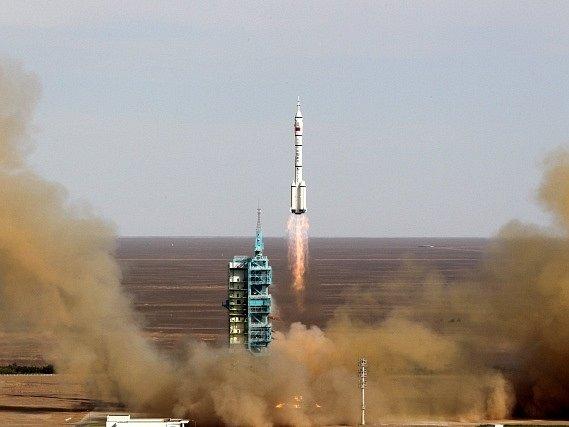 Čína vyslala do kosmu další raketu s lidskou posádkou