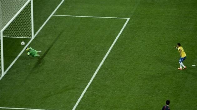 Neymar z Brazílie (vpravo) proměňuje penaltu proti Chorvatsku.