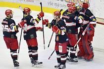 Hokejisté Hradce Králové se radují z vítězství nad Chomutovem.