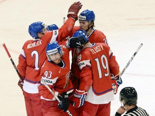 Čeští hokejisté se radují z gólu proti Bělorusku.