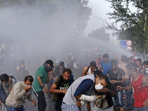 Maďarská policie použila proti běžencům vodní děla.