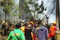 Záchranáři na místě pádu vojenského transportního letounu C-130 na ostrově Jolo na jihu Filipín