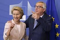 Nominantka na předsedkyni Evropské komise Ursula von der Leyenová a její předchůdce Jean-Claude Juncker v sídle EU v Bruselu