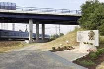 Most přes železniční trať ve Studénce na Novojičínsku, kde se 8. srpna 2008 zřítil most na právě projíždějící rychlík Comenius. Vpravo je pietní místo k uctění památky osmi obětí železniční nehody.