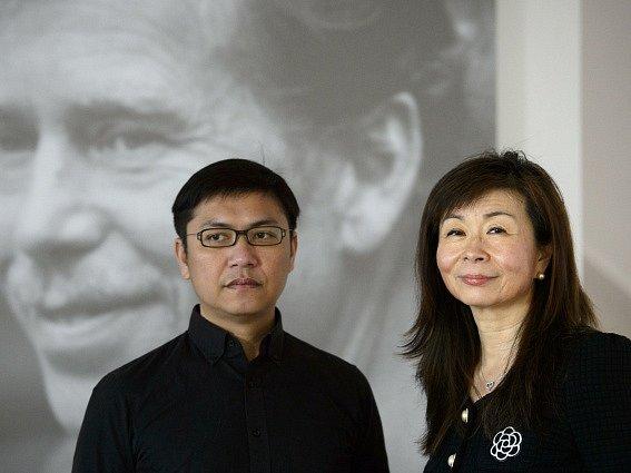 Tchajwanští spisovatelé Pching Lu (vpravo) a Wu Ming-i poskytli 23. března v Praze rozhovor České tiskové kanceláři.