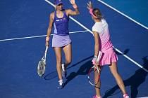 Elitní deblistky Andrea Hlaváčková (vlevo) a Lucie Hradecká na turnaji v Mexiku.