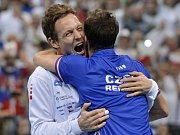 Hrdinové. Tomáš Berdych (vlevo) a Radek Štěpánek dovedli český tým v Srbsku k obhajobě Davis Cupu.