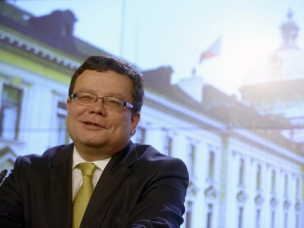 Odcházející ministr obrany Alexandr Vondra vystoupil 3. prosince v Praze na tiskové konferenci po zasedání bezpečnostní rady státu. Švédská nabídka prodloužení pronájmu nadzvukových gripenů je podle něj o deset procent lepší než v létě.