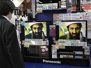 Japonec sleduje zprávy o dopadení Bin Ládina ve výloze tokijského obchodu
