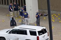 Micah Johnson, který na čtvrteční demonstraci v Dallasu zastřelil pět policistů a devět dalších lidí včetně sedmi policistů zranil, psal svou krví na zdech parkoviště vzkazy během doby, kdy byl obklíčen policií.