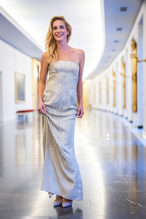 Moderátorka finálového večera soutěže Schwarzkopf Elite Model Look 2021, herečka Hana Vagnerová.