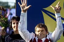 Legendární žokej Josef Váňa oslavuje své sedmé vítězství na Velké pardubické.