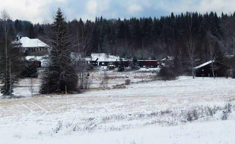 Nové Údolí. Vagony vpravo od stanice jsou už na soukromé části dráhy.