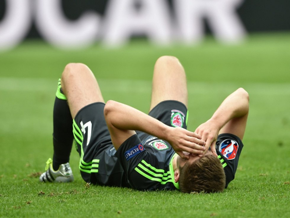 Ben Davies z Walesu po gólu Anglie.