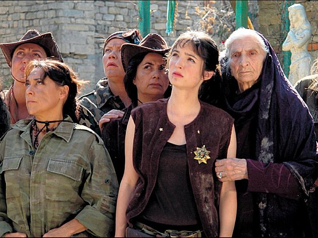 ABSURDISTÁN. Německý režisér Veit Helmer si pro svůj film povolal z Česka tři herce, včetně Kristýny Maléřové, která dostala dokonce hlavní roli (uprostřed).