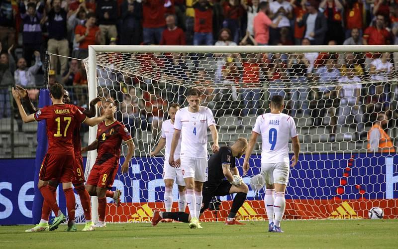 Hráči Belgie se radují po gólu Edena Hazarda.