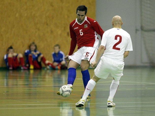 Čeští futsalisté (v červeném) v přípravném utkání proti Srbsku.