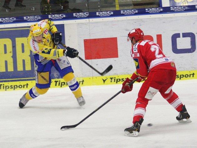 Bedřich Köhler ze Zlína (vlevo) střílí gól proti Třinci.