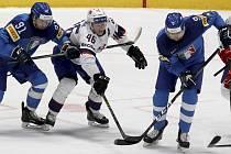 Italští hokejisté Marco Rosa (vlevo) a Armin Hofer připravují o puk Mathise Olimba z Norska.