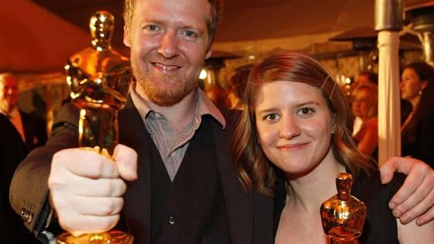 Markéta Irglová a Glen Hansard se radují z Oscara.