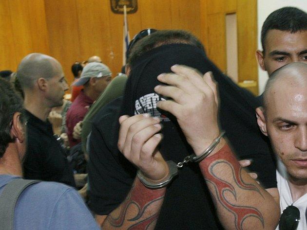 Obviněný neonacista opouští soud.