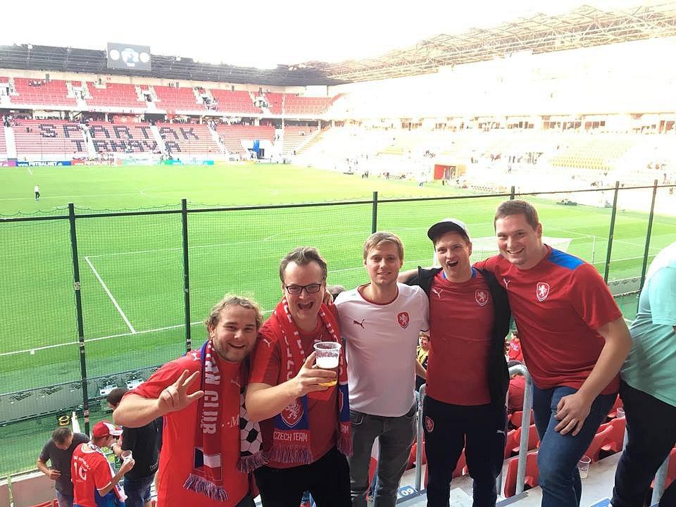 Jan Štěrbák (druhý zleva), člen oficiálního fanklubu české fotbalové reprezentace.