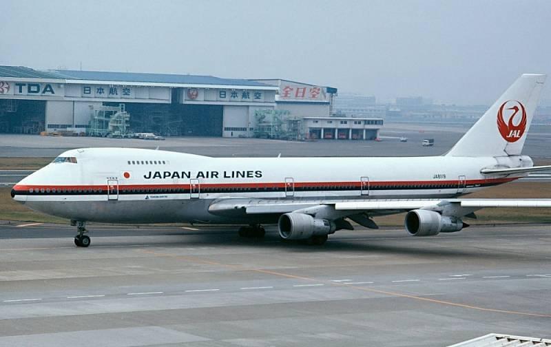 Letoun Boeing 747SR společnosti Japan Airlines. Přesně toto letadlo jako let 123 z Tokia do Osaky v roce 1985 spadlo..