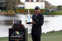 Jason Day s trofejí za triumf v Orlandu