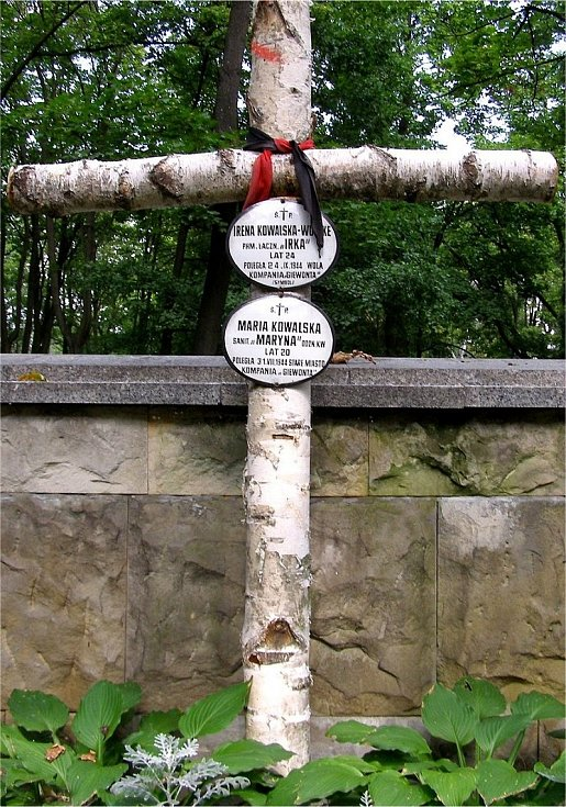 Kříž nad hrobem sester Kowalských v Powązkách