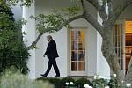 Prezident Donald Trump opouští Oválnou pracovnu v Bílém domě ve Washingtonu