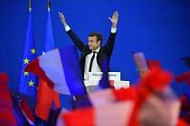 Emmanuel Macron slaví. Stal se vítězem prvního kola a navíc ho podpořili soupeři