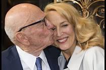 Mediální magnát Rupert Murdoch se dnes v Londýně oženil s herečkou a bývalou topmodelkou Jerry Hallovou (59), která v 90. letech žila se zpěvákem skupiny Rolling Stones Mickem Jaggerem.