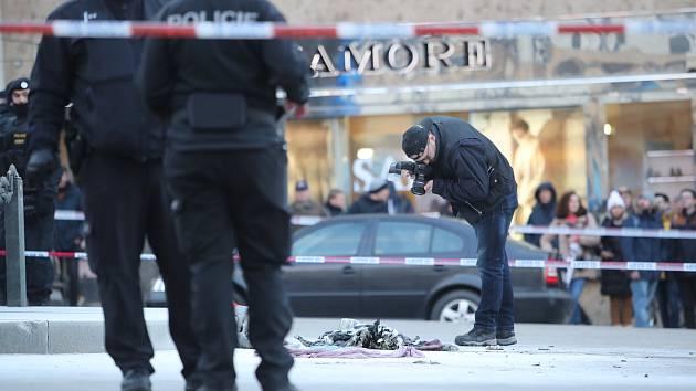 Stav sebevraha z Václavského náměstí je nadále vážný, leží v umělém spánku