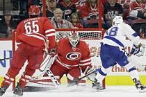 Český útočník Ondřej Palát zařídil vítězným gólem a jednou asistencí výhru hokejistů Tampy Bay 2:1 v prodloužení na ledě Caroliny v pátečním přípravném utkání na nový ročník NHL.