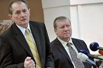 Poslanci Věcí veřejných Josef Novotný (vlevo) a Miroslav Petráň vyzvali 11. února na tiskové konferenci v Praze k odvolání ředitele Lesů ČR (LČR) Svatopluka Sýkory.