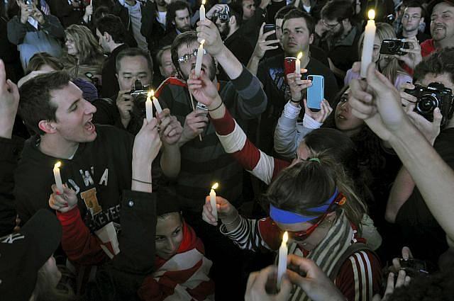 Američané oslavující 2. května na newyorském Times Square smrt Usámy bin Ládina drží zapálené svíčky na památku obětí teroristického útoku z 11. září 2001.